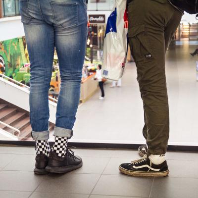 Benen på två ungdomar