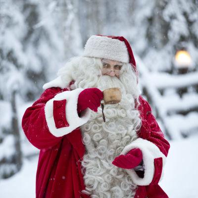 Jultomten i Rovaniemi 2017 dricker ur en kåsa.