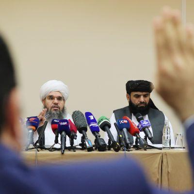 Talibangerillans talespersoner håller presskonferens.
