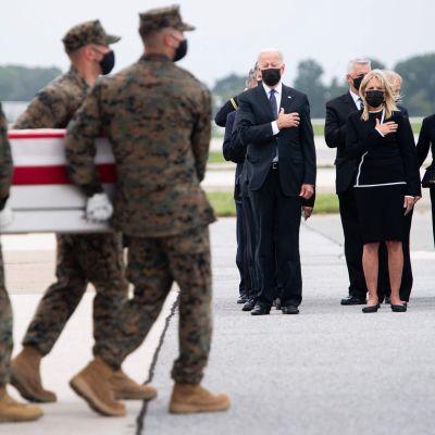 Joe Biden kunnioittaa kuollutta sotilasta.