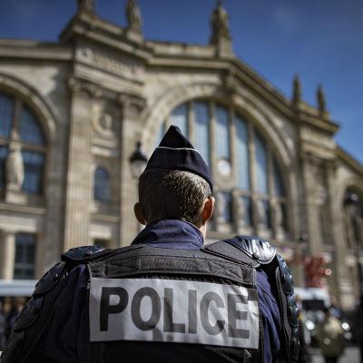 Polisman står utanför järnvägsstationen  Gare du Nord i Paris i april 2016.