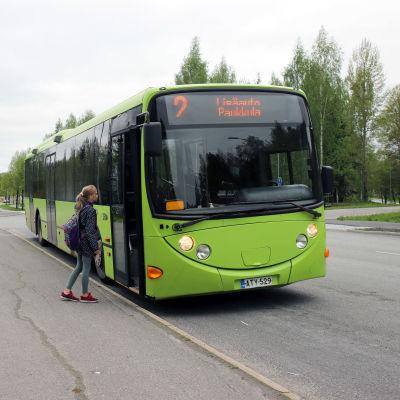 Koululainen astumassa ilmaiseen bussikyytiin Mikkelin Paukkulassa.