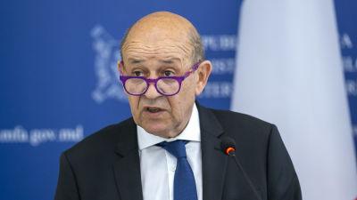 Frankrikes försvarsminister Jean-Yves Le Drian står vid ett talarpodium och pratar