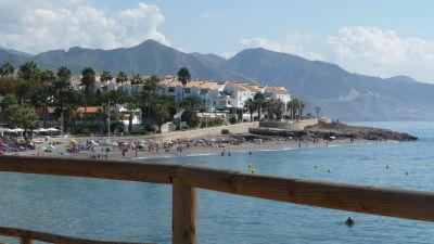 Vy över badstrand vid spanska solkusten