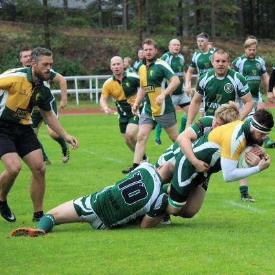 En spelare i Jyväskylä Rugby Club tacklas ner av Shamrocks-spelare.