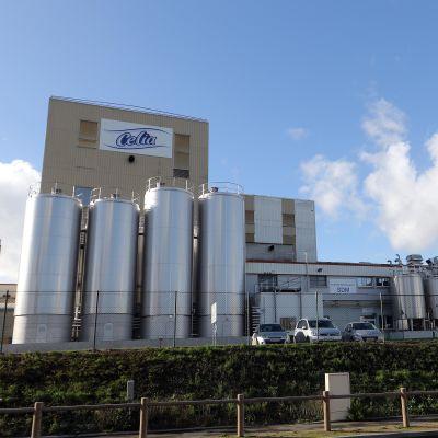 En stor fabriksbyggnad.
