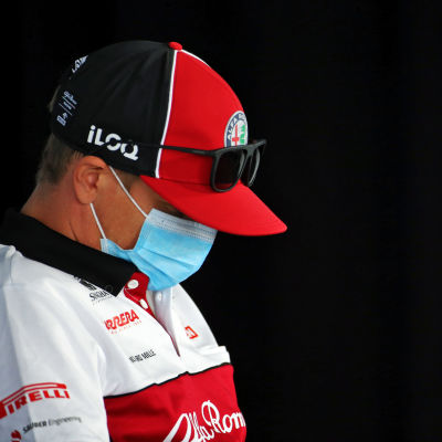 Kimi Räikkönen ser trött ut.