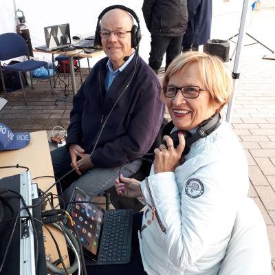 Peter Andérsen och Ulla-Maj Wideroos sitter med hörlurar på.
