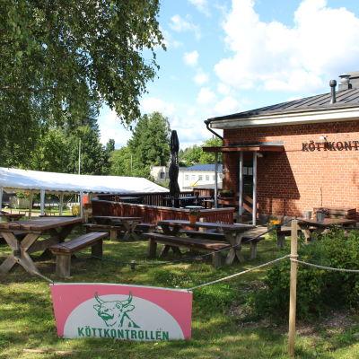 restaurang med stort vitt tält på gården