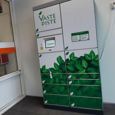Pakettiautomaatti marketin tuulikaapissa.