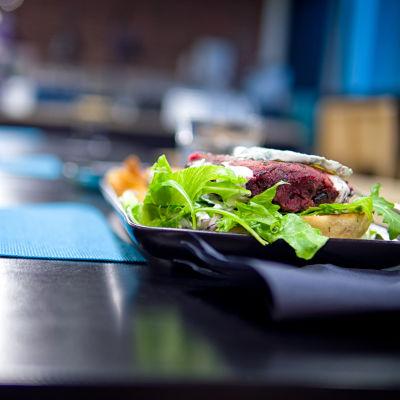 Työpaikkaravintolan kasvisruoka-annos