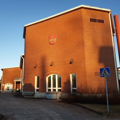 Punatiilinen kirjastotalo.