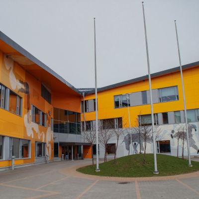 Ingången till en skola med färgrann fasad.