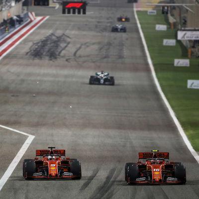 Ögonblicket när Leclerc (16) passerade Vettel (5) och tog täten i Bahrain.