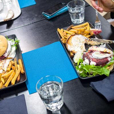 Työpaikkaravintolan kasvisruoka-annoksia