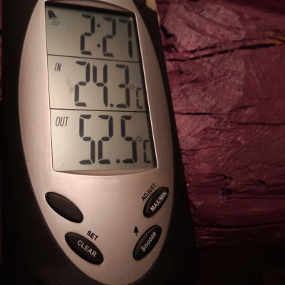 Lämpömittarin ulkolämpötila-näyttö näyttää valmispiipun ulkokuoren kuumuuden eli + 52.5