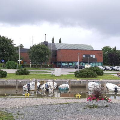 Ingå kommunhus och bibliotek.