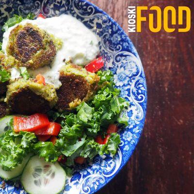 Annos falafel-salaattia sinisellä lautasella