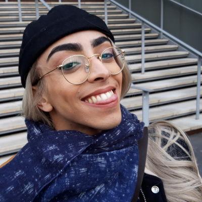Bilal Hassani ler mot kameran.