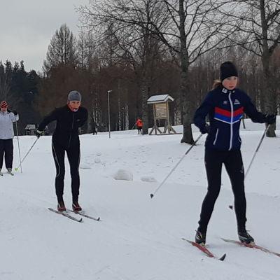 Naisia hiihtämässä ladulla peräkkäin
