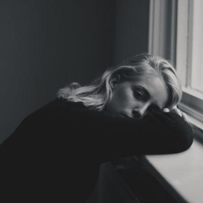 ung kvinna vid fönsterbräde