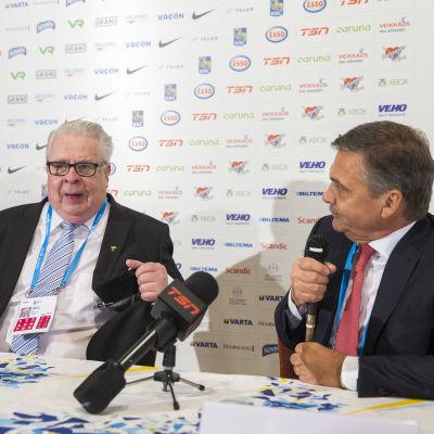 Kalervo Kummola och René Fasel under en presskonferens.