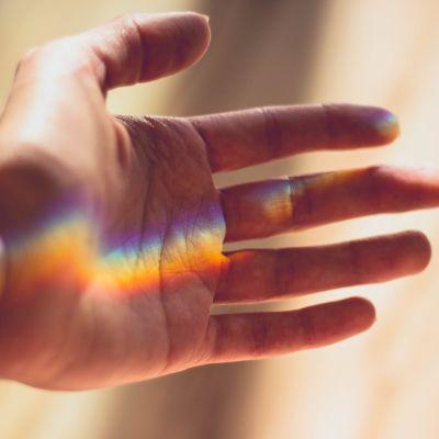 En regnbåge på en hand.