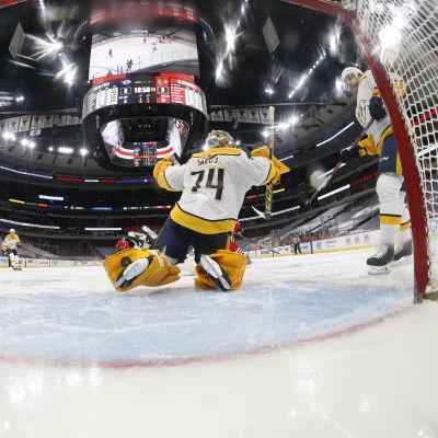 Juuse Saros NHL-ottelussa.