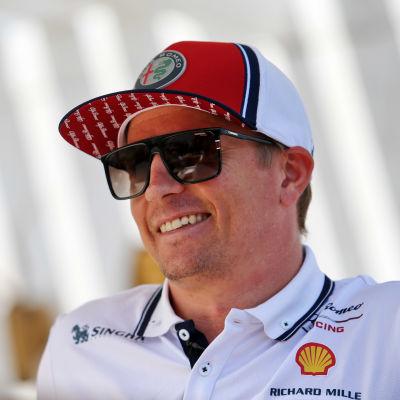Kimi Räikkönen ler.