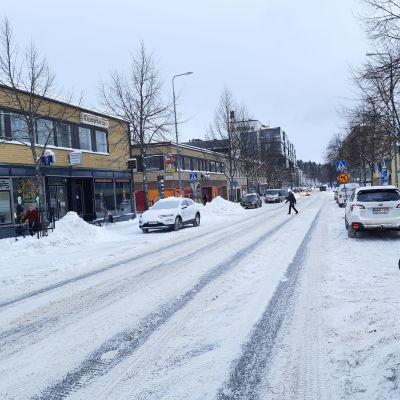Larsgatan i Lojo en snöig dag.