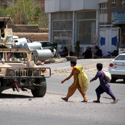 Hallituksen joukot partioivat Heratissa päivän taisteluiden jälkeen perjantaina.