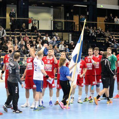 Finland och Slovakien inför VM-kvalmatchen i handboll.