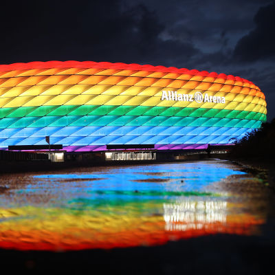 Allianz-areena valaistuna sateenkaaren väreihin.