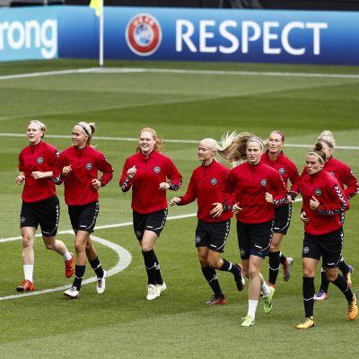 Danmarks landslagsspelare värmer upp inför match