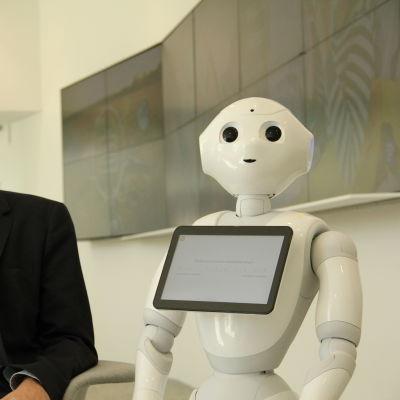 Fred Arle och en robot.