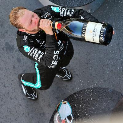 Valtteri Bottas dricker champagne.