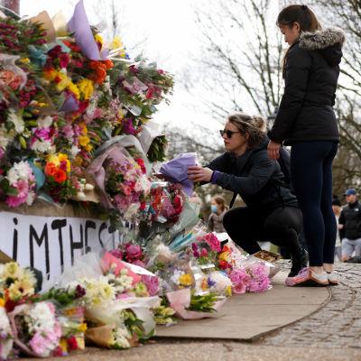 Kotimatkallaan surmattua naista on muistettu Lontoossa Clapham Common -puistossa. Järkyttävä tapaus on herättänyt laajaa keskustelua Britanniassa naisten kokemasta turvattomuudesta.