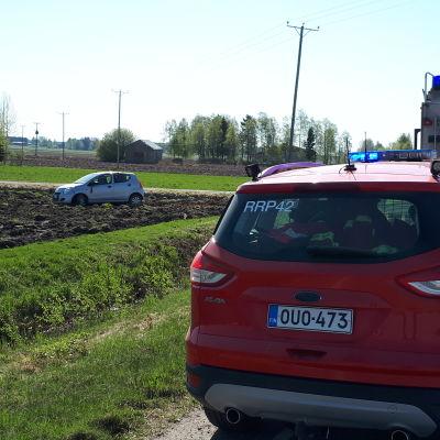 Bil körde ut och av vägen i Nykarleby. Bilen landade på en åker.