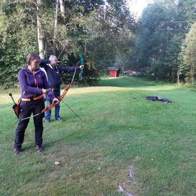 Eva Jälkö och Sune Lindberg i position för att skjuta med sina pilbågar.