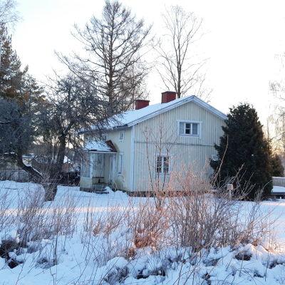 Ett gult trähus i Ingå kyrkby som kommunen köper.