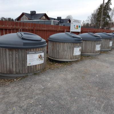 Soptunnor för sortering i Ingå kyrkby.
