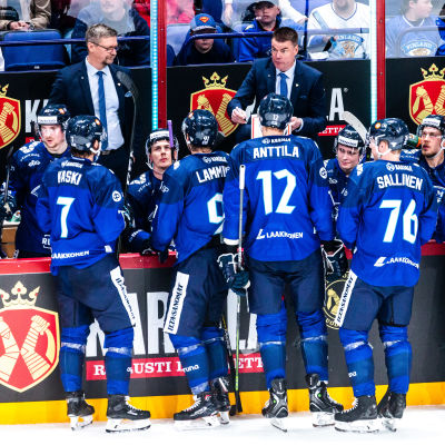 Finska landslagsspelare under timeout.