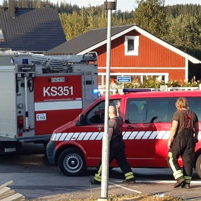 Pelastusajoneuvoja palvelutalo Kotirannan luona Hankasalmella