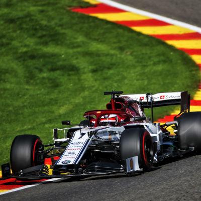 Kimi Räikkönen kör i en kurva med sin F1-bil.