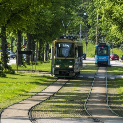 Mäkelänkadulla kaksi raitiovaunua kohtaa