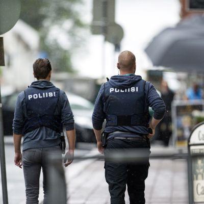 Polis patrullerar i Åbo fredagen den 18 augusti.