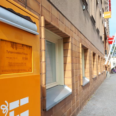 Utanför postkontoret på Hovrättsesplanaden i Vasa står en postlåda.