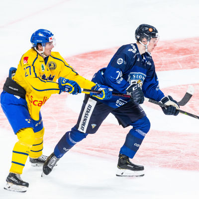Kaapo Kakko i en landslagsmatch mot Sverige.