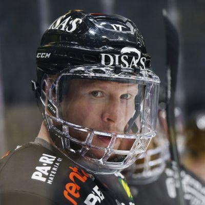 Kärpäts kapten Mika Pyörälä i bytesbåset.