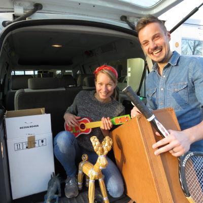 Hanna Enlund och Jontti Granbacka packar bilen inför BUU-turnén 2015.